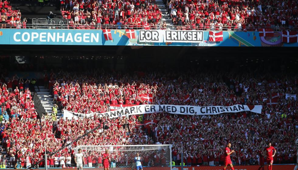 Det var stappfulle tribuner under EM-kampen mellom Danmark og Belgia, den første kampen for danskene etter den dramatiske kollapsen til Christian Eriksen. Wolfgang Rattay / AP / NTB