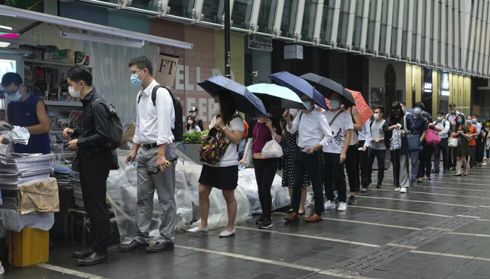 Flere aviskiosker ble utsolgt for den siste utgaven av avisen Apple Daily i løpet av minutter torsdag morgen. Foto: Vincent Yu / AP / NTB