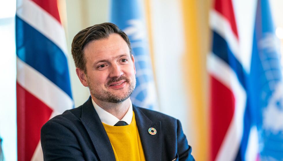 Utviklingsminister Dag-Inge Ulstein (KrF) sier det er svært viktig at rike land deler koronavaksiner med fattige land. Foto: Stian Lysberg Solum / NTB