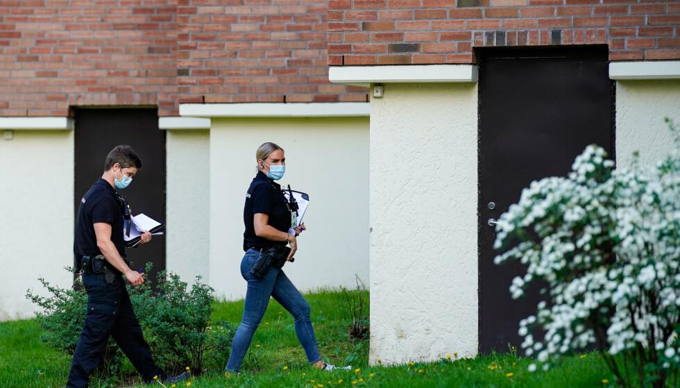 Politiet gjorde undersøkelser på Hellerud i Oslo etter at 25 år gamle Marianne Hansen fra Bamble ble funnet drept inne i en leilighet om morgenen 8. juni. Foto: Terje Bendiksby / NTB