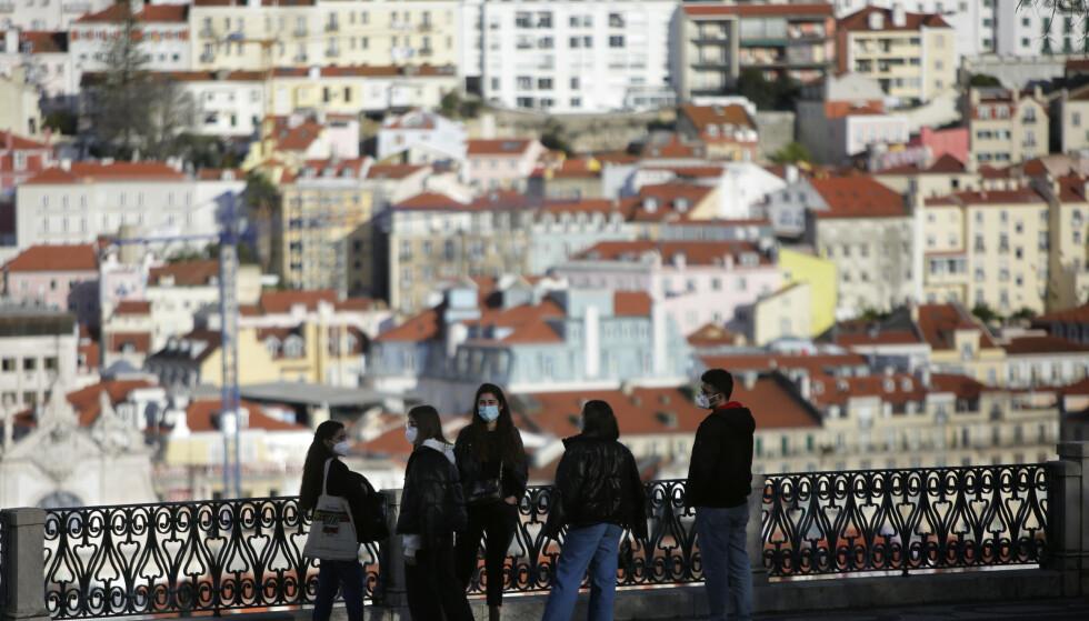 En gruppe unge med munnbind i Lisboa i Portugal. Foto: Armando Franca / AP / NTB