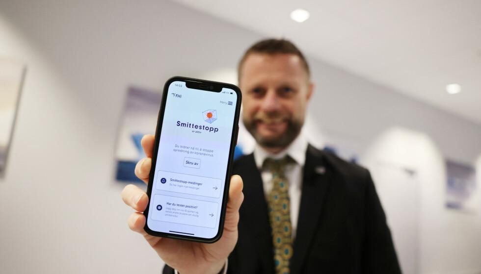 Helse- og omsorgsminister Bent Høie (H) med den nye Smittestopp-appen i desember i fjor. Sintef-forsker mener at den lave bruken ikke gjør appen til et effektivt verktøy i smittesporingsarbeidet. Foto: Ørn E. Borgen / NTB