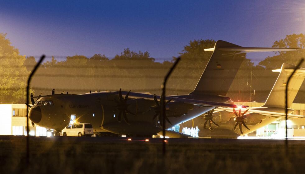 Et tysk militærfly fotografert på rullebanen ved en base i Wunstorf i delstaten Niedersachsen, før det reiste til Mali, der det hentet hjem sårede tyske FN-soldater. 15 soldater ble såret av en bilbombe fredag. I et separat angrep nord i landet ble seks maliske soldater drept. Foto: Swen Pförtner / DPA via AP / NTB