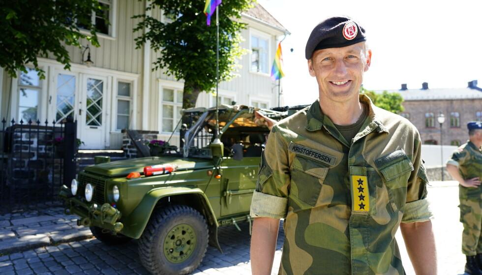 Forsvarssjef general Eirik Kristoffersen deltar i Pride-paraden i Oslo sentrum lørdag. Foto: Terje Pedersen / NTB