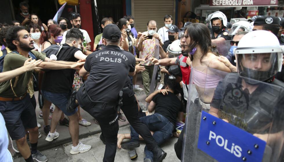 Deltakere på en pride-markering i Istanbul pågripes av politiet lørdag. Foto: Emrah Gurel / AP / NTB