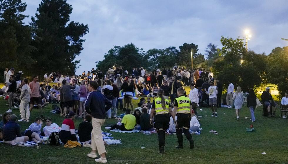 Flere personer var samlet for fest og moro på Sankthanshaugen i Oslo lørdag kveld. Politiet var til stede med patruljer og ventet en hektisk natt. Foto: Fredrik Hagen / NTB