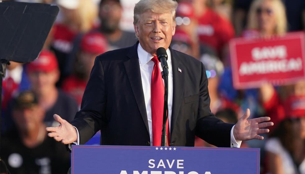 Tidligere president Donald Trump talte lørdag til et folkemøte for første gang siden han forlot Det hvite hus. Foto: Tony Dejak / AP / NTB