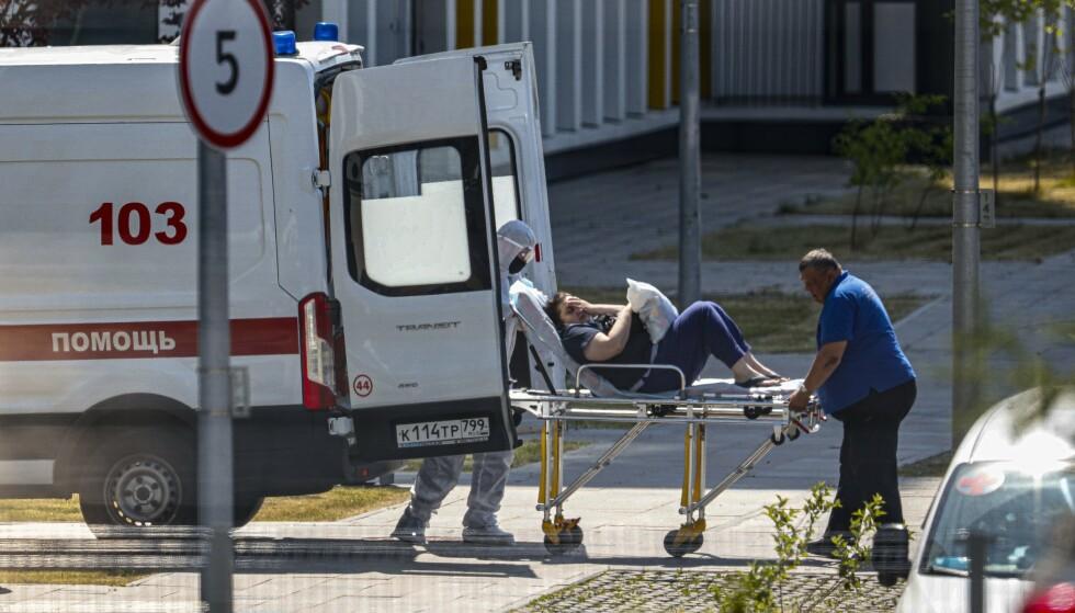 En ny coronapasient legges inn på sykehus i Moskva, der smitten øker kraftig for tiden. Foto: Aleksander Zemlianitsjenko / AP / NTB