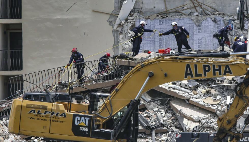 Ordføreren i Miami-Dade fylke sier at ni personer er bekreftet omkommet etter bygningskollapsen i Surfside i Florida. Foto: Al Diaz / AP / NTB