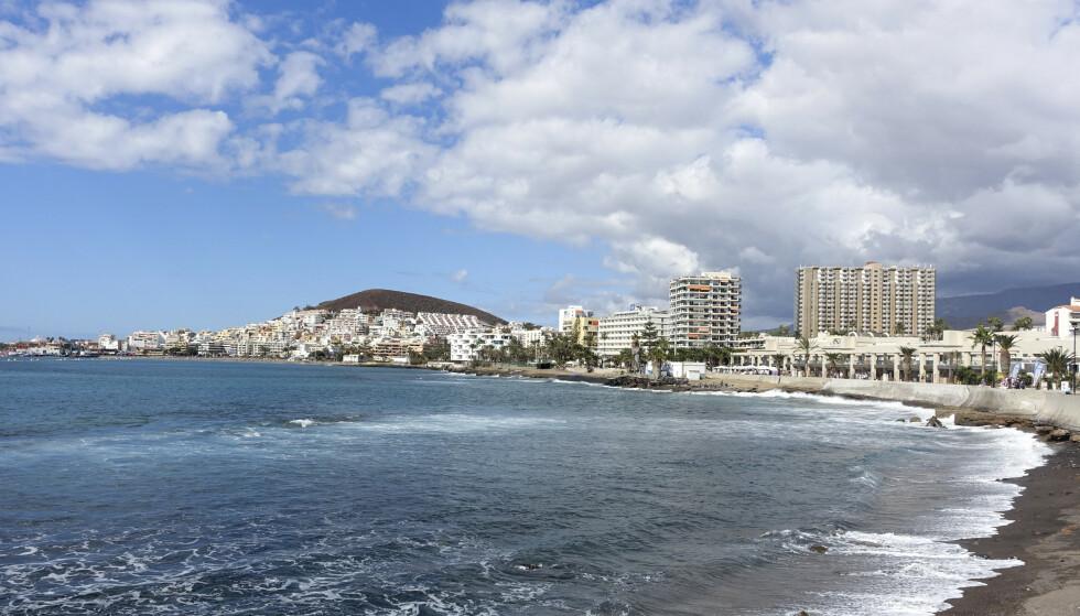 Stranden i Los Cristianos på Tenerife i Spania. Fra torsdag er det norske koronasertifikatet gyldig i en rekke europeiske land, deriblant Spania. Foto: Marianne Løvland / NTB