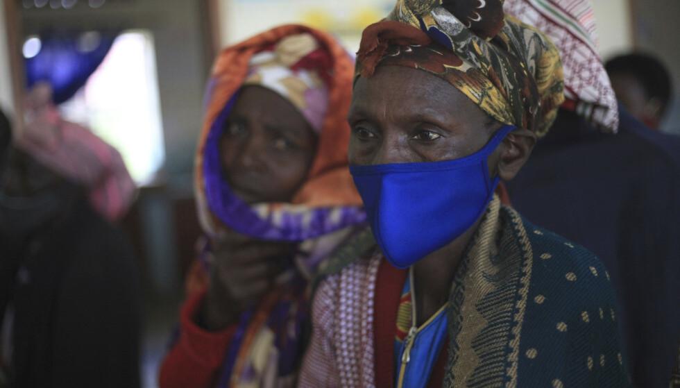 En kvinne venter på å bli vaksinert med AstraZeneca vaksinen på et helsesenter vest i Uganda 27. april. I samme periode ble det satt over 800 falske vaksinedoser i landet. Foto: Patrick Onen / AP / NTB
