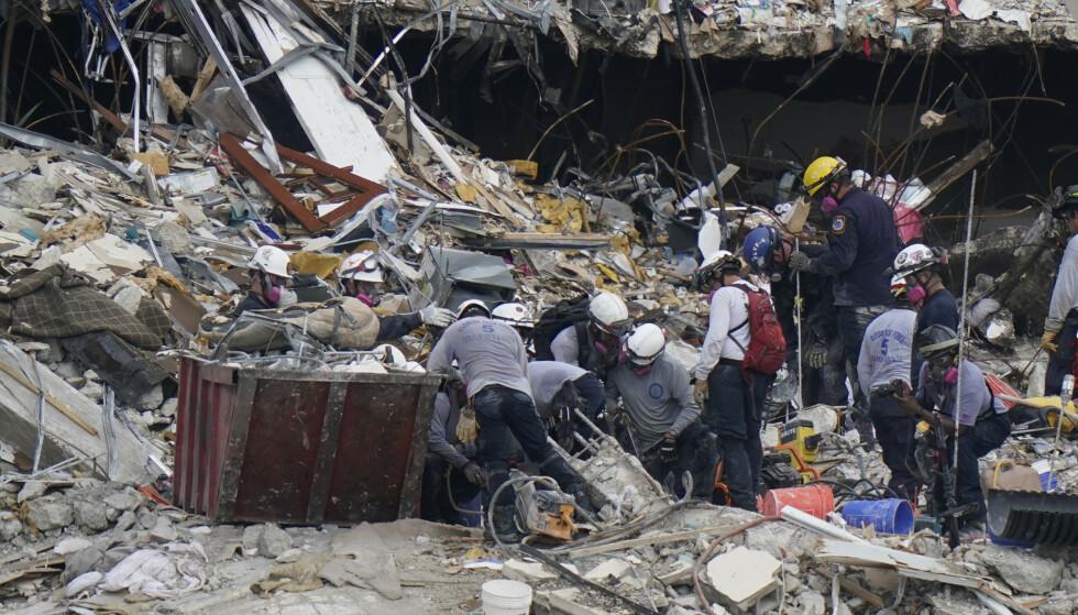 Redningsmannskapene har funnet 16 personer etter bygningskollapsen. Foto: Lynne Sladky / AP / NTB