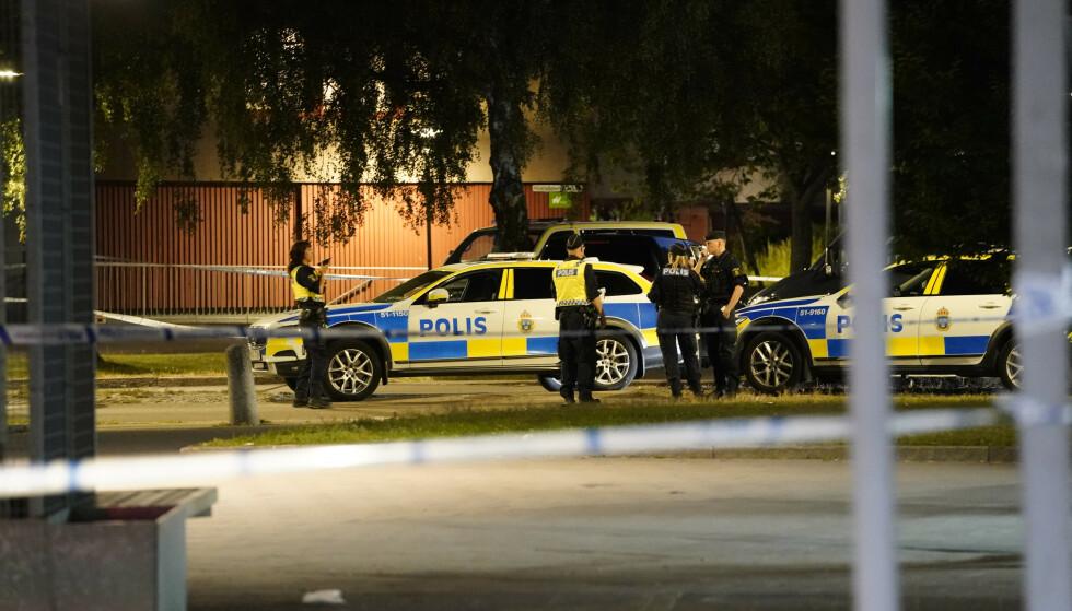 En rekke politipatruljer rykket ut til Biskopsgården etter at en politimann ble skutt. Han døde senere på sykehus. Foto: Björn Larsson Rosvall / TT / NTB