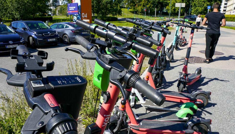 Til høsten kommer det nye reguleringer av elsparkesykkel-markedet. Byrådsleder Raymond Johansen ber bransjen tilpasse seg allerede nå. Foto: Lise Åserud / NTB