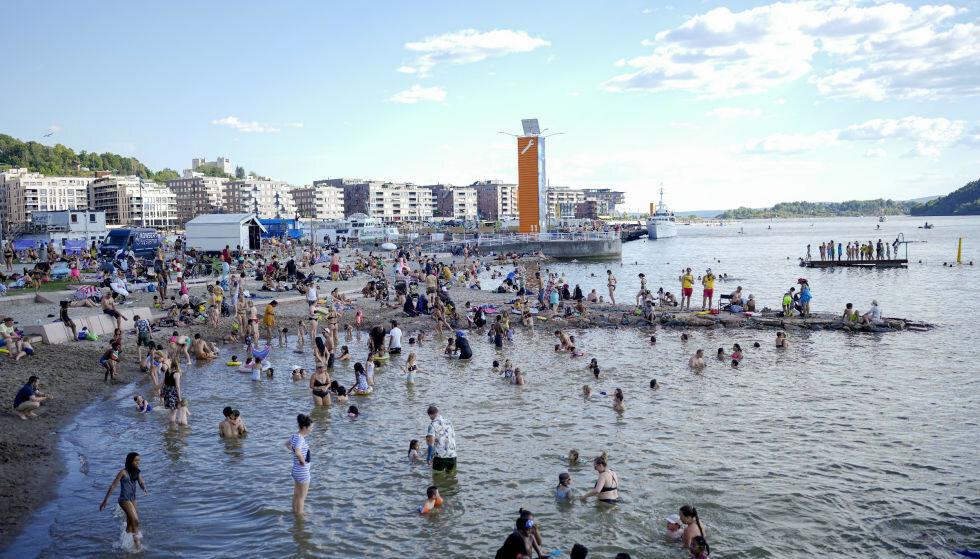 Mange hadde tatt turen ut for å nyte sommervarmen på den nye Operastranda ved operahuset i Bjørvika i Oslo lørdag. Foto: Fredrik Hagen / NTB.