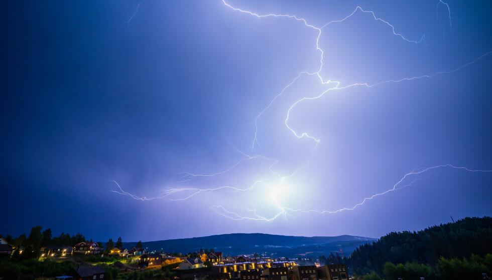 Meteorologene har sendt ut farevarsel for kraftig regnbyger for store deler av landet. Lyn og torden blir også varslet i fylkene Vestland og Møre og Romsdal. Foto: Stian Lysberg Solum / NTB