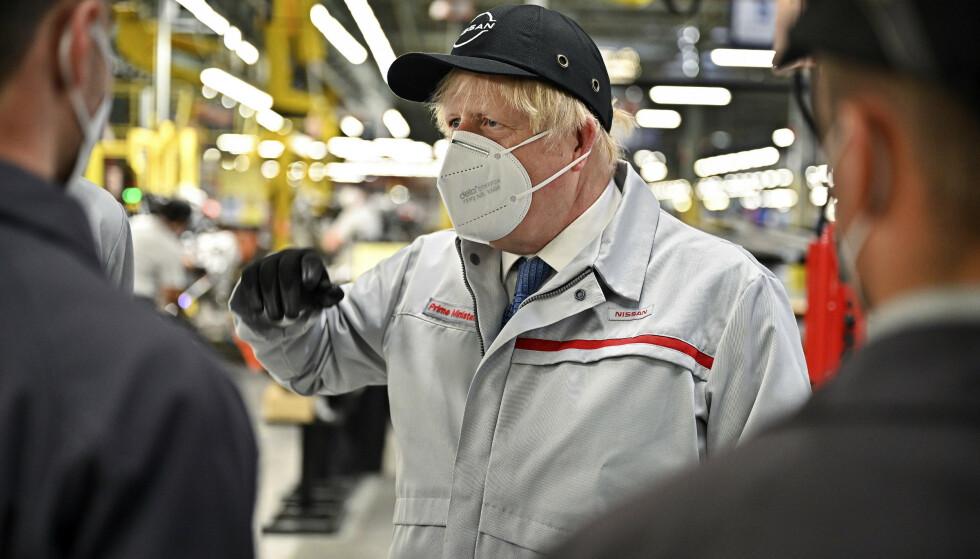 Storbritannias statsminister Boris Johnson legger mandag fram planer om en full gjenåpning fra 19. juli. Han sier samtidig at britene må lære seg å leve med viruset. Foto: Jeff J Mitchell / Pool Photo via AP / NTB