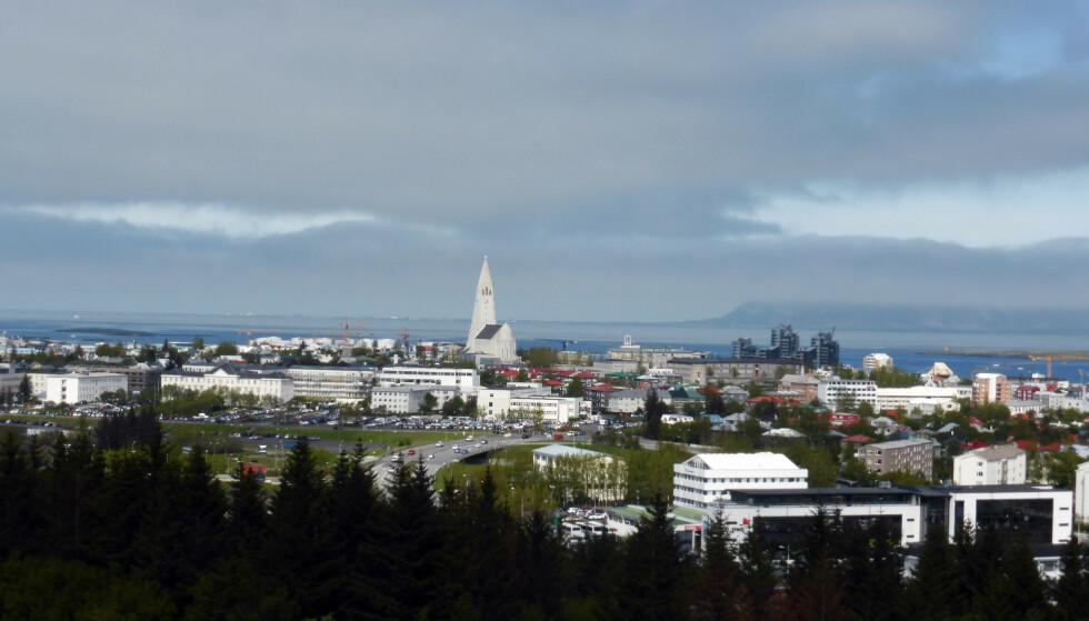 Mange islendinger jobber færre timer i uka etter to prosjekter med firedagersuke. Arbeidstakerne, som jobber i offentlig sektor, oppga blant annet at de følte mindre stress og i mindre grad ble utbrent, mens produktiviteten og tjenesteytelsen angivelig ikke ble dårligere. På bildet: Utsikt over Reykjavik. Illustrasjonsfoto: Berit Keilen / NTB