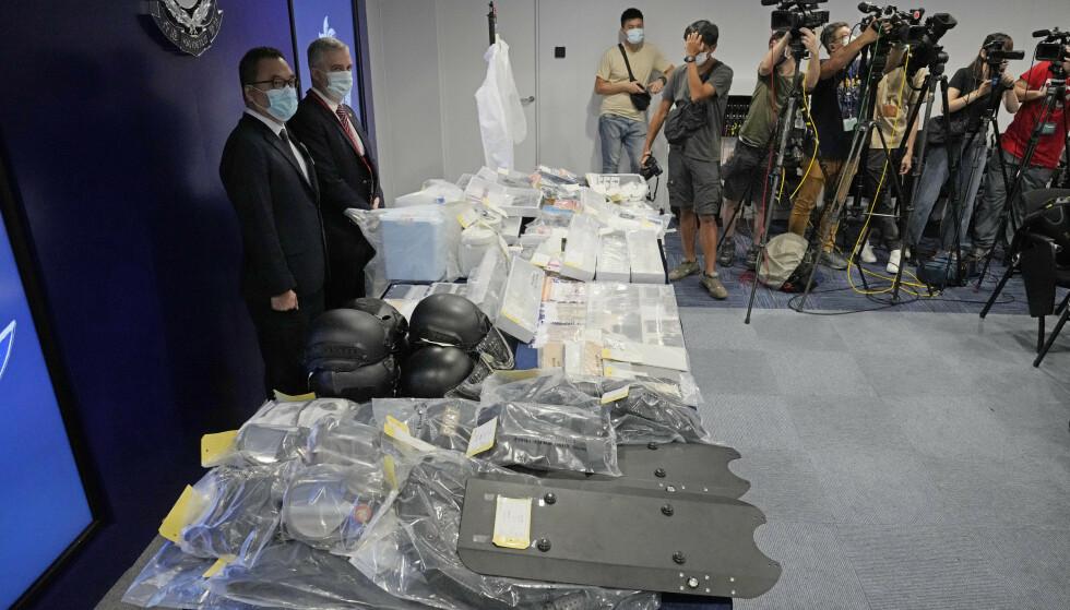 Polititopp Li Kwai-wah i Hongkong-politiets nasjonale sikkerhetsavdeling sammen med bombeekspert Alick McWhirter under pressekonferansen i Hongkong tirsdag. Foto: Kin Cheung / AP / NTB