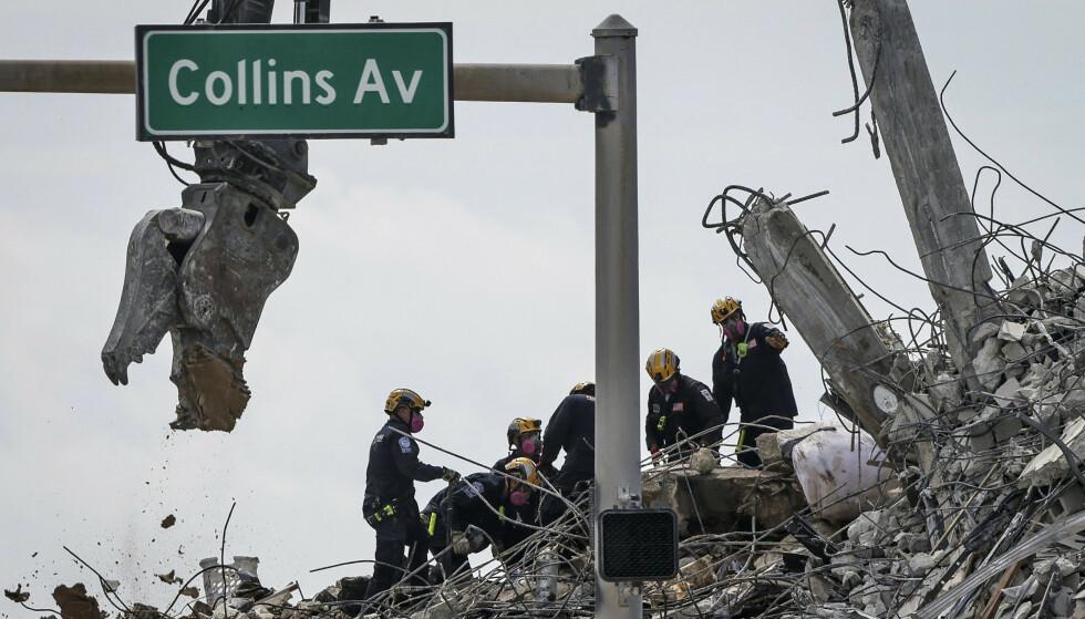 Totalt 28 personer er funnet omkommet etter bygningskollapsen i Surfside ved Miami Beach. Fortsatt er 117 personer ikke gjort rede for, og redningsarbeidet er vanskelig på grunn av uvær i området. Foto: Carl Juste / Miami Herald via AP / NTB