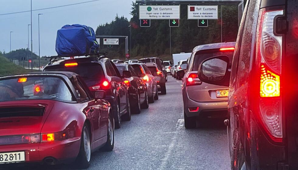Tirsdag formiddag er det rundt 25 minutter kø for å passere gjennom grensekontrollen på Svinesund. Det er mindre enn dagen før. Ved flyplassene opplever man foreløpig ingen veldig store køer av nordmenn som skal ut og fly. Foto: Jon Eeg / NTB