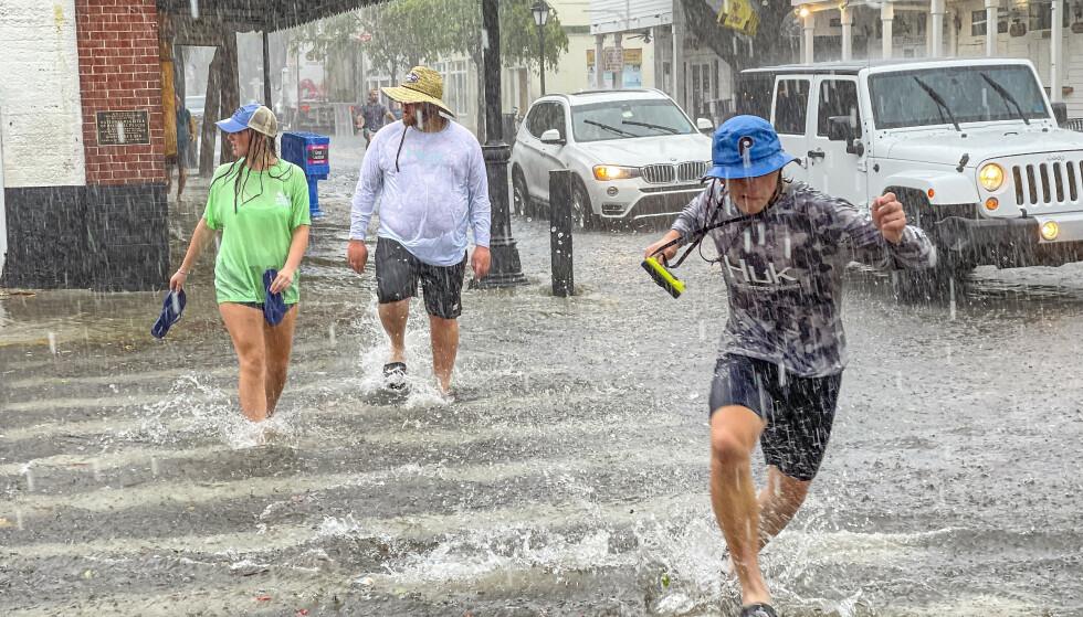Det har vært voldsomt uvær på øygruppa Florida Keys mens Elsa, nå oppjustert til orkan, har nærmet seg Florida. Orkanen ventes å treffe delstaten tirsdag kveld eller onsdag morgen. Foto: Rob O'Neal / The Key West Citizen via AP / NTB