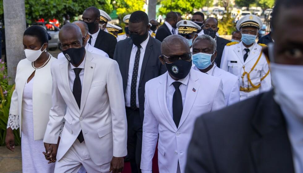 Jovenel Moïse til venstre som holder sin kones hånd. (AP Photo/Dieu Nalio Chery, File) via NTB