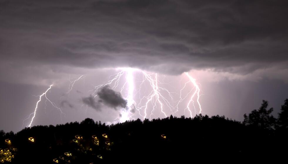 OSLO 20080729:Oppholdsvret tok slutt med et brak over Oslo sent tirsdag. Lyn over nattehimmelen. Foto Cornelius Poppe / NTB