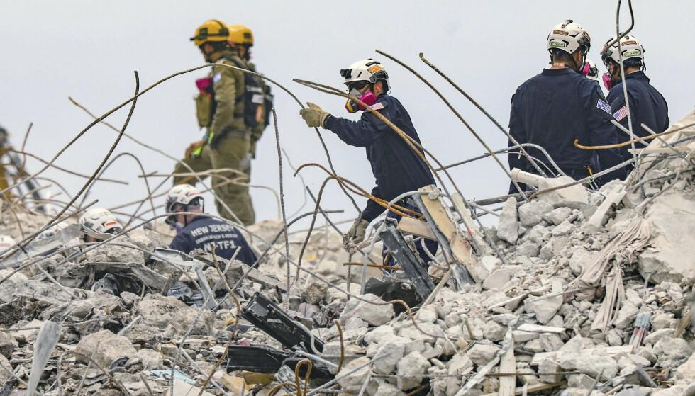 Det ble onsdag gjort ytterligere funn av omkomne i ruinene av den sammenraste blokka i Surfside ved Miami Beach. 54 er bekreftet omkommet, og fortsatt er 86 personer ikke gjort rede for. Myndighetene har offisielt gitt opp alt håp om å finne noen overlevende. Foto: Al Diaz / Miami Herald via AP / NTB