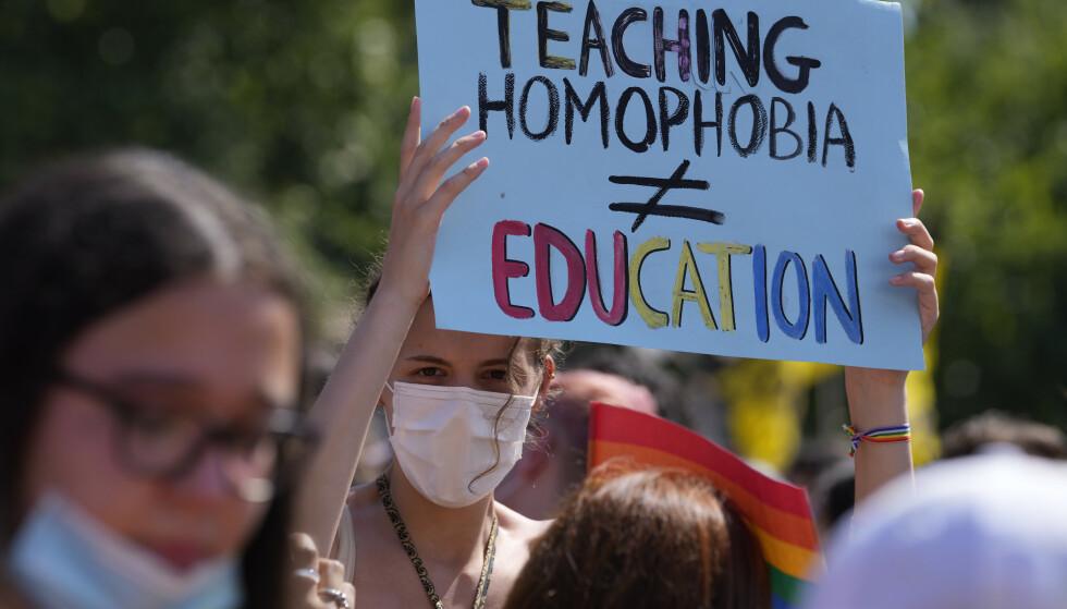 «Å lære bort homofobi er ikke å utdanne» står det på en plakat på et pride-arrangement i Italia. På en rekke pride-festivaler viste LHBTQ-samfunnet og deres støttespiller sin motstand mot den nye loven i Ungarn. Arkivfoto: Luca Bruno / AP / NTB