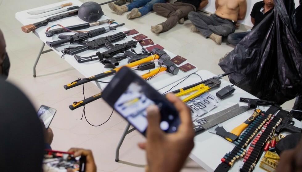 Flere av de mistenkte for attentatet mot Haitis president Jovenel Moïse ble vist fram for pressen torsdag, sammen med våpen og utstyr de angivelig skal ha brukt. Foto: Joseph Odelyn / AP / NTB