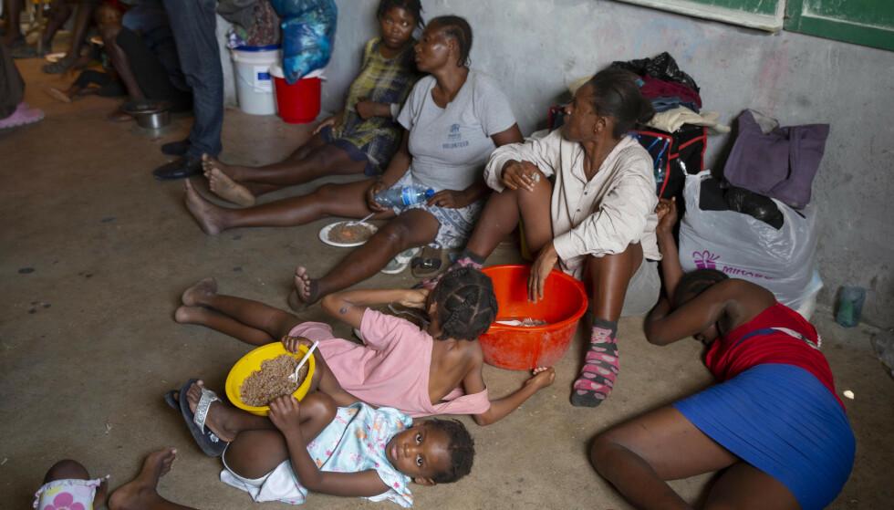 Blant ofrene for gjengenes brutale framferd, er funksjonshemmede som i forrige måned ble tvunget til å flykte da gjenger satte fyr på deres provisoriske boliger. Her har noen av dem søkt tilflukt i et hjem for fordrevne i Port au Prince. Foto: Joseph Odelyn / AP / NTB.
