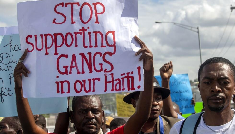 Demonstranter under en protest i desember i fjor. De krevde at president Jovenel Moïse skulle ta et oppgjør med bandeveldet. Foto: AP / NTB.