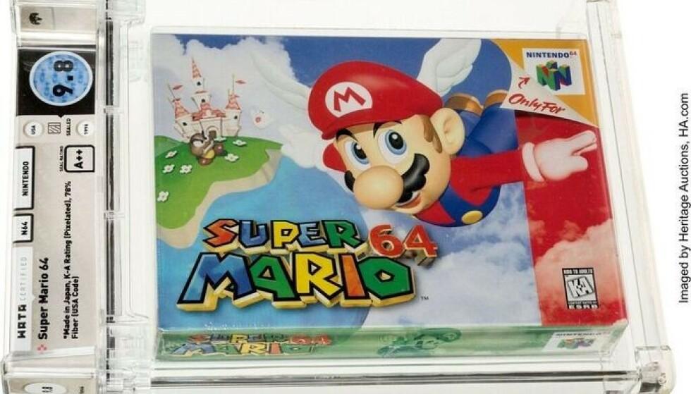 Denne uåpnede utgaven av videospillet Super Mario 64 ble solgt for 1,56 millioner dollar (omtrent 13,5 millioner kroner) på en auksjon i USA søndag. Foto: Heritage Auctions / AP / NTB.