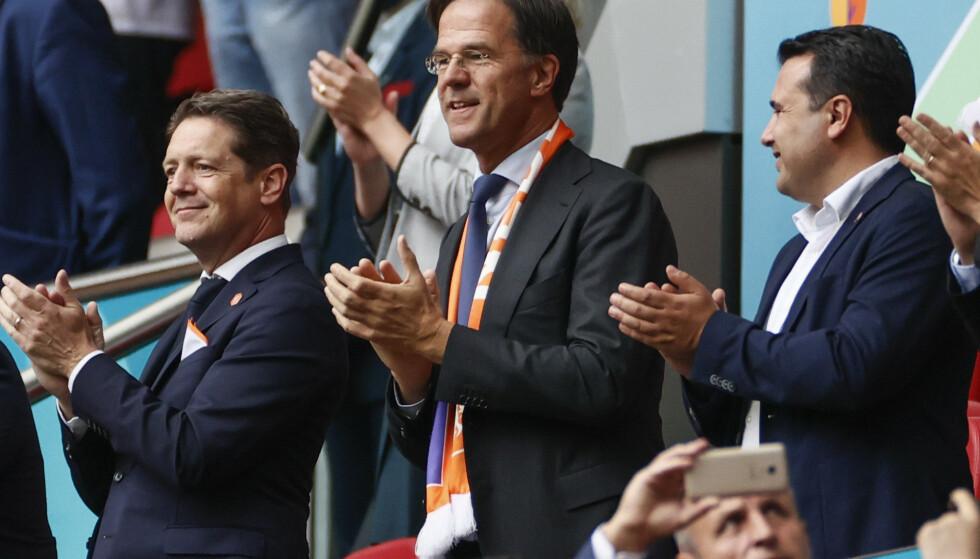 Nederlands statsminister Mark Rutte (i midten) beklager at det ble åpnet opp for tidlig i Nederland. Her fra kampen mellom Nederland og Nord-Makedonia i fotball EM i slutten av juni. Foto: Koen van Weel / pool via AP / NTB