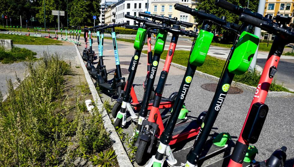 Sparkesykler står og ligger overalt i Oslo sentrum. Merker som Lime, Tier, Voi og Wind står for mye av markedet.Foto: Lise Åserud / NTB