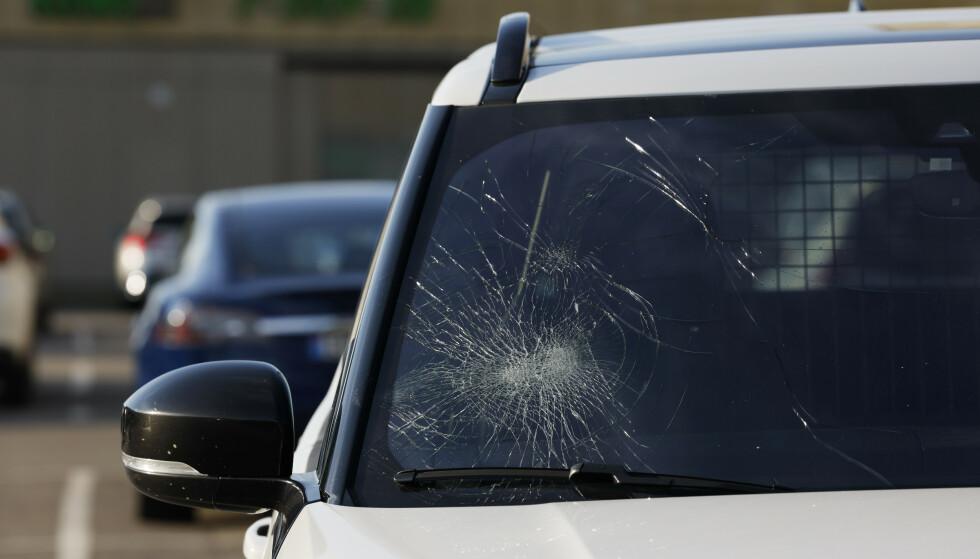 Personen i bilen er ikke skadd og politiet søker etter gjerningsperson.Foto: Jil Yngland / NTB.