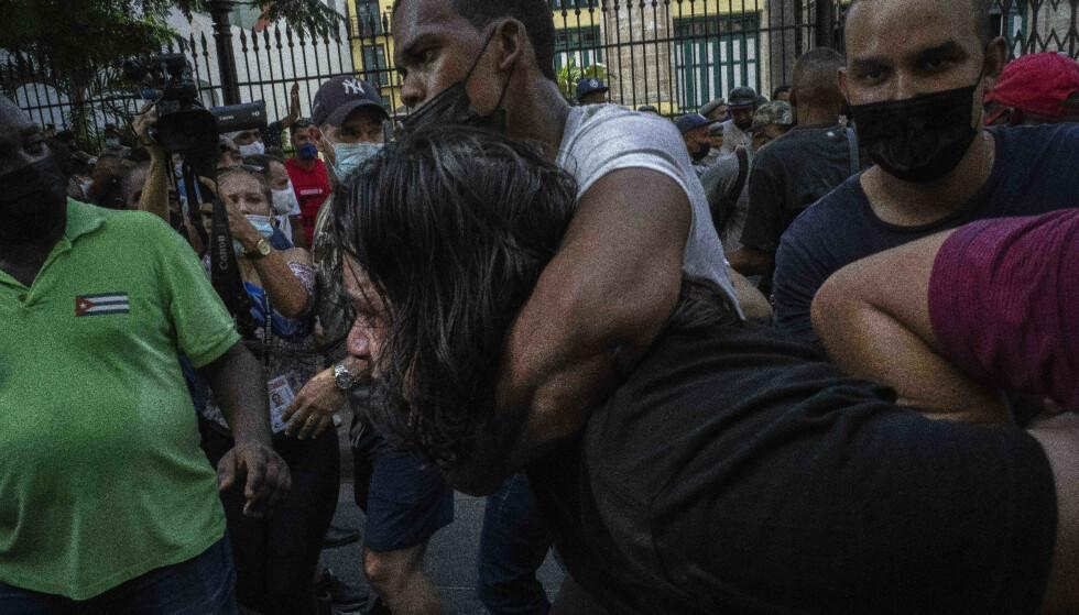 Flere tusen cubanere har protestert i gatene av Havanna i helgen mot regjeringen, høye priser og matmangel. Foto: Ramon Espinosa / AP / NTB.