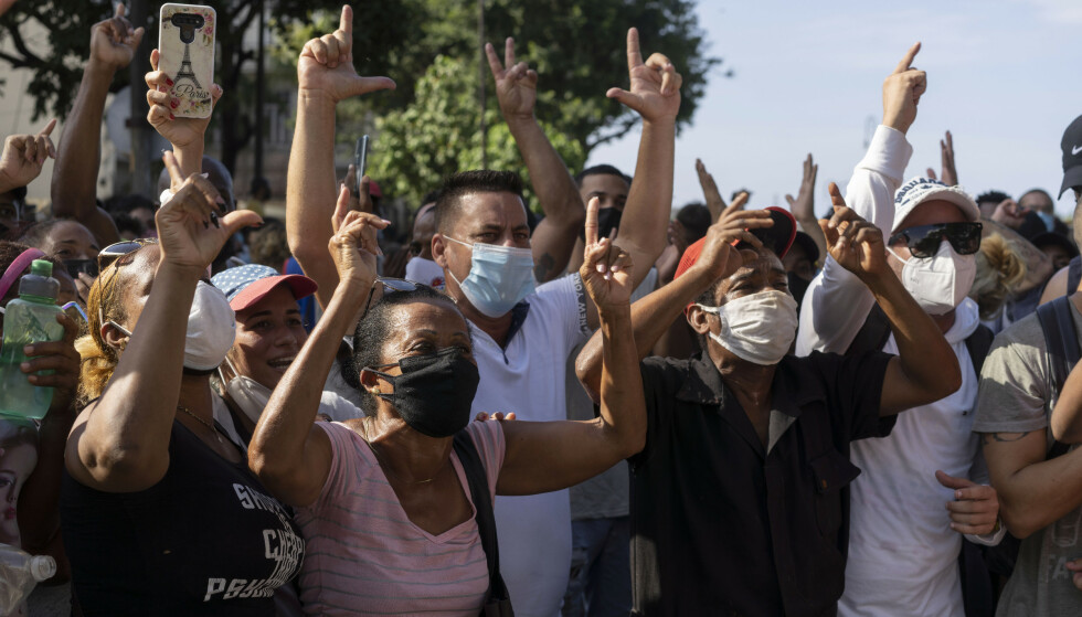 Cubanske myndigheter begrenset tirsdag tilgangen til flere sosiale medieplattformer i et forsøk på å kvele de enorme protestene i landet. Foto: Eliana Aponte / AP / NTB.