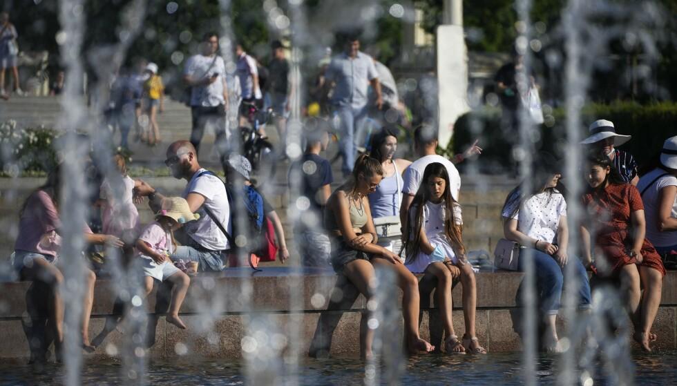 Det varme været fortsetter i Moskva, noe som kan bidra til den varmeste sommeren som er målt. Foto: Aleksander Zemlianitsjenko / AP / NTB