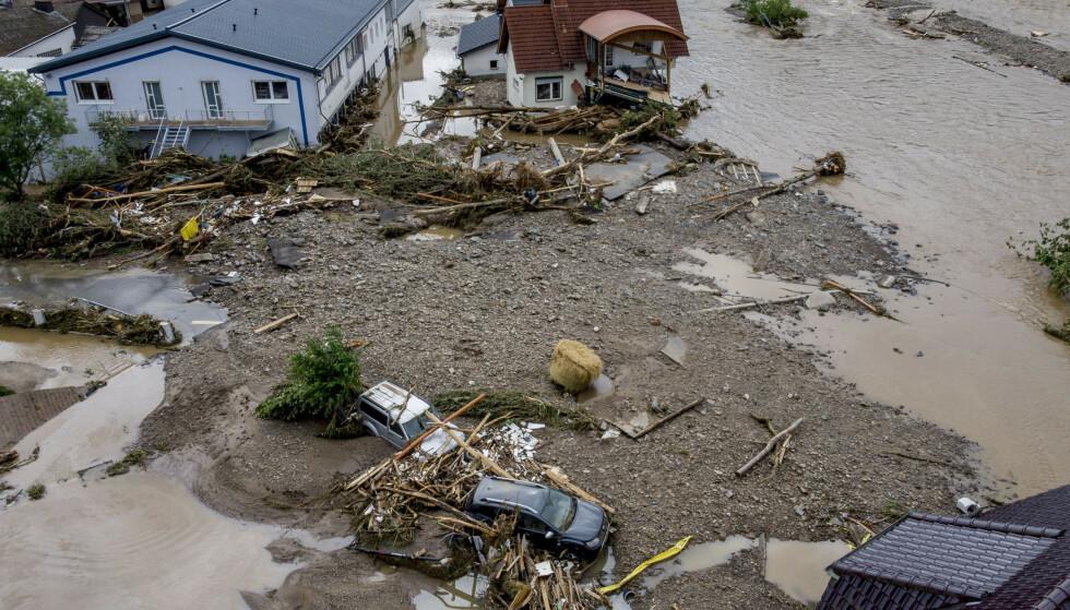 Et hus er delvis revet bort av vannmassene fra elva Insul i Ahr vest i Tyskland. Foto: AP / NTB