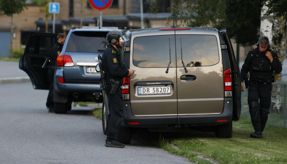 En person har skutt mot en bil med en person i på Skårersletta i Lørenskog. Personen i bilen er ikke skadd og politiet søker etter gjerningsperson. Foto: Jil Yngland / NTB