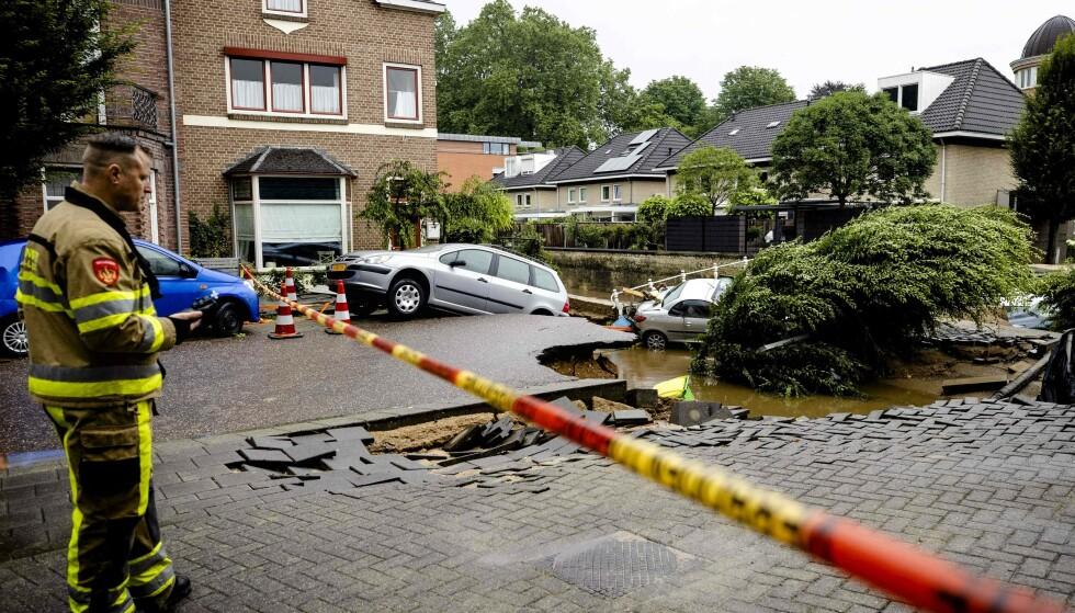 En bru over elven Geulle har kollapset etter flommen. Foto: Sem Van Der Wal/AFP/NTB