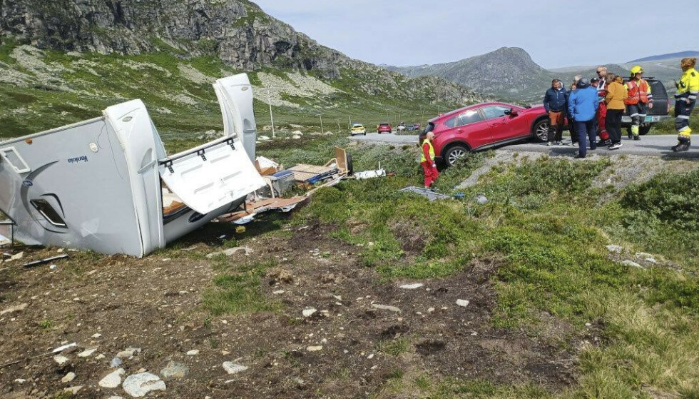 En campingvogn har blåst av veien på Valdresflye. Politiet advarer mot å kjøre over fjelloverganger i området med campingvogn på grunn av sterk vind lørdag. Foto: Politiet Innlandet / NTB
