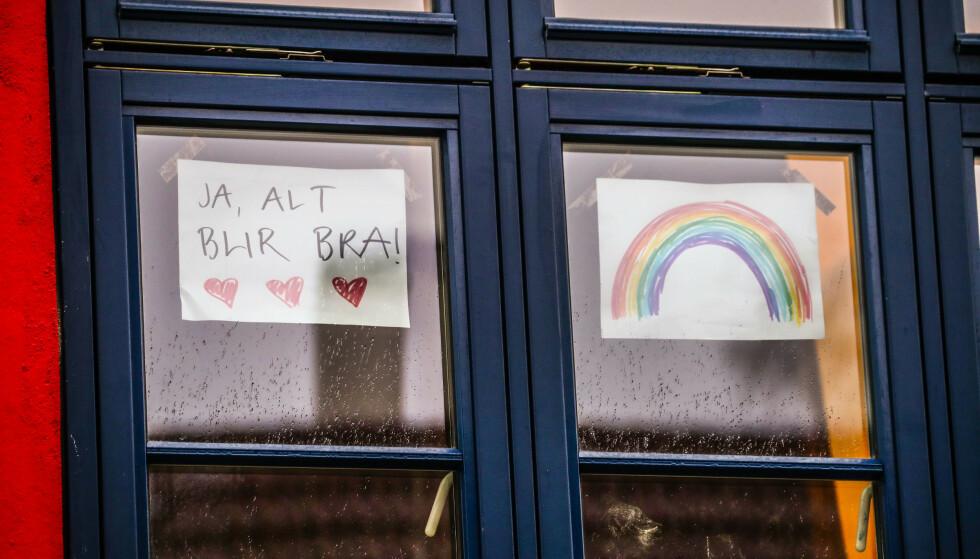 «Alt blir bra»-tegningene prydet mange vinduer i fjor vår, men nå tror flere at pandemien vil prege Norge også i tiden som kommer. Foto: Lise Åserud / NTB