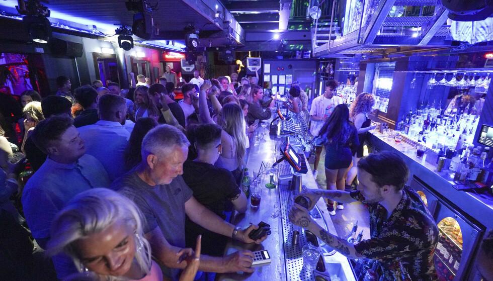 Folk i baren Bar Fibre i Leeds fester som om det var 2019. Foto: Ioannis Alexopoulos/PA via AP / NTB