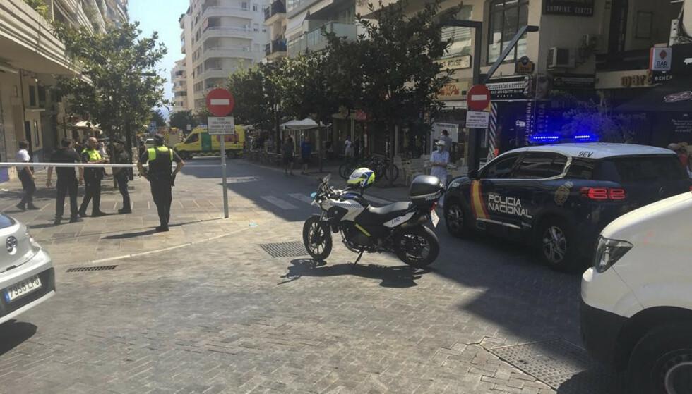 Minst ti personer ble skadd da en bil kjørte opp på et fortau fylt med uteserveringer og restauranter. Politiet har pågrepet en 30 år gammel mann. Foto: Europa Press / AP / NTB