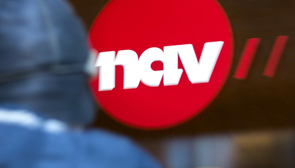 Illustrasjonsbilder: En mann utenfor med et NAV skilt. ModellklarertFoto: Gorm Kallestad / NTB
