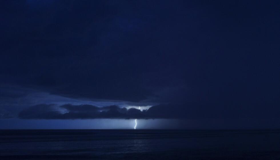 Meteorologisk institutt anbefaler at en kobler fra elektriske apparater, samt unngår åpne sletter og store træ. Foto: Cornelius Poppe / NTB