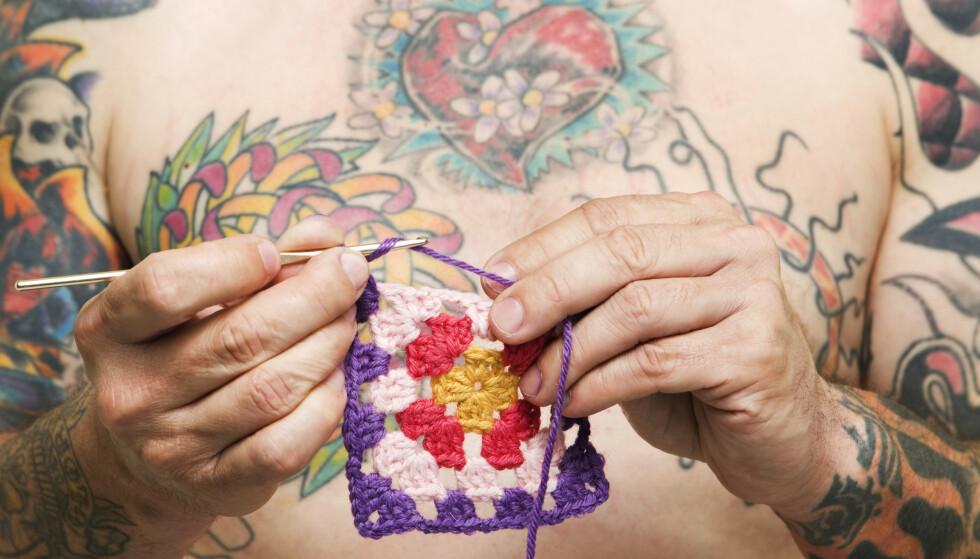 Det blir stadig vanligere å tatovere seg i Norge, uansett alder og befolkningsgruppe. Samtidig bekymrer det bransjen at de ser en tendens til at flere tatoverer seg på hjemmebane og bestiller utstyr og blekk på nett. Illustrasjonsfoto: Berit Roald / NTB